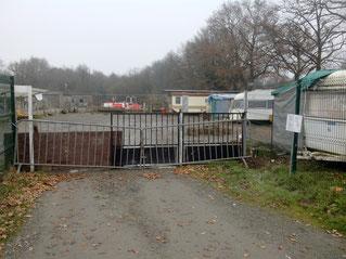 Teren est fermé temporairement depuis le 7 décembre. A noter qu'il ne reste plus que 4 caravanes pour 5 familles.