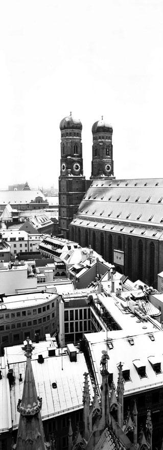Die Frauenkirche in München als vertikales Panorama-Foto in Schwarzweiß