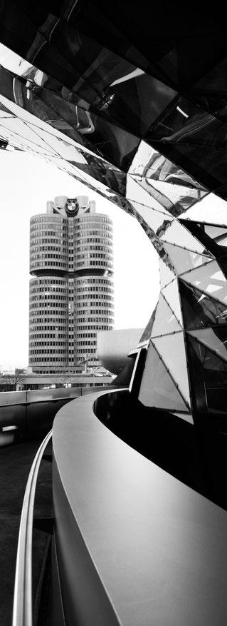 Die BMW Welt in München als vertikales Panorama-Foto in Schwarzweiß