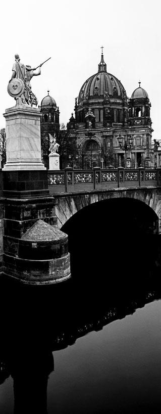Die Schlossbrücke in Berlin als vertikales Panorama-Foto in Schwarzweiß