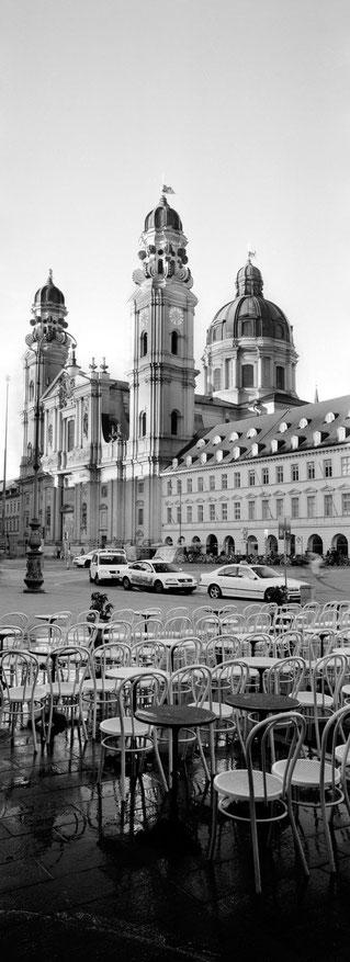 Die Theatiner Kirche in München als vertikales Panorama-Foto in Schwarzweiß