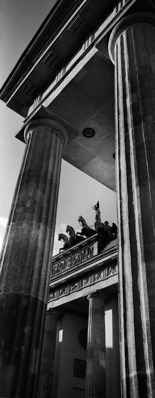 Das Brandenburger Tor in Berlin als vertikales Panorama-Foto in Schwarzweiß
