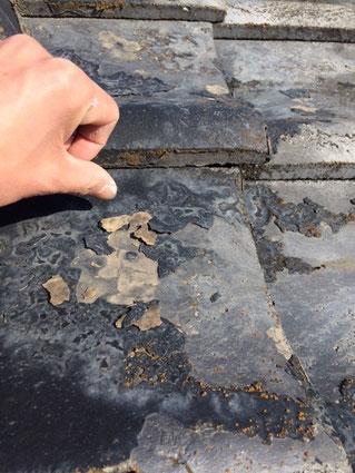 瓦屋根の旧塗膜剥がれ状況。