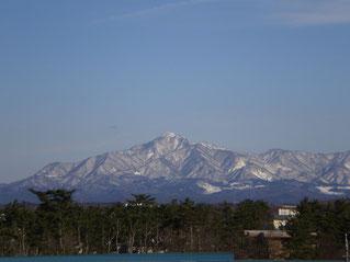 今日の屋上。澄み切った青空に『米山』。背筋がスッと伸びました