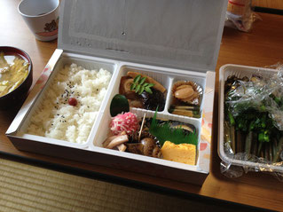 いつものお弁当に旬のわらびとタケノコ汁が並びました