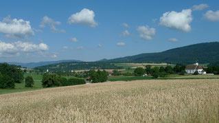 Kirche von Corban mit Blick ins Val Teebi