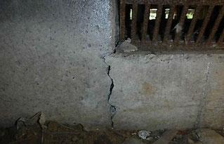 基礎の割れ(床下 中側からの写真)
