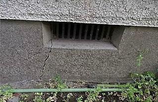 基礎の割れ(外側からの写真)