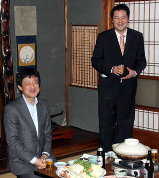 乾杯の発声に立たれる水源倶楽部の北原光司会長(右)と岡西副知事