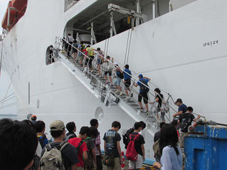 「ちきゅう」に乗船する見学者