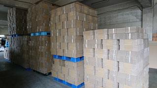 写真:ダンボール。自社工場で一貫生産をしています。私たち市川紙器は、創業から90年続くものづくりの技術と知識でダンボールの製造・販売を行っています。  ダンボールの原料となる原紙の仕入れからダンボールケースになるまでを一貫で生産することで、短納期・コストの低減・品質の確保を実現していきます。