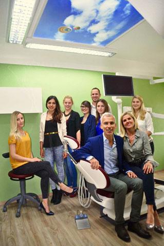Das Praxisteam im neuen Behandlungszimmer © Lisa Meier