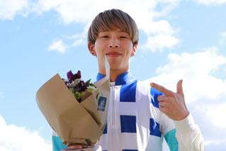 ファンからの花束を手に笑顔の水野翔騎手