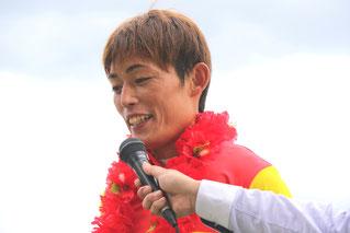 勝利者インタビューを受ける大畑雅章騎手