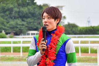 インタビューに答える渡邊竜也騎手