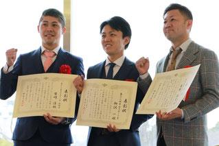 第43回中日スポーツ賞を受賞された3名(左から、競輪の柴崎淳選手、ボートレースの柳沢一選手、笹野博司調教師)