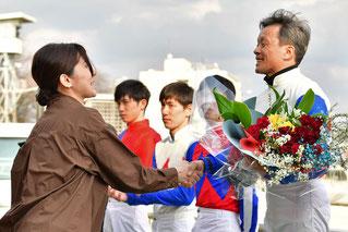 所属の後藤正義厩舎より花束の贈呈です。
