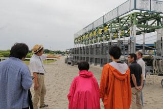 職員が、ゲートの仕組みなどを説明いたします