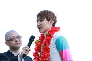 インタビューに応える三津谷隼人騎手(JRA)