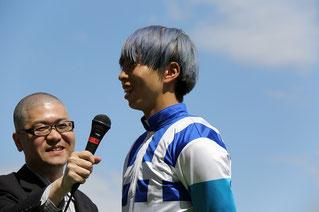 インタビューに応じる水野翔騎手