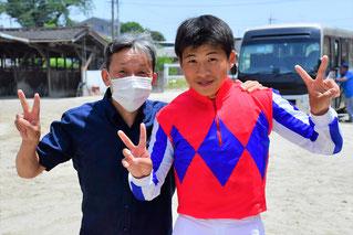 初勝利達成直後の東川公則調教師(左)と東川慎騎手(右)