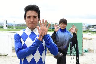 吉井友彦騎手と後の佐藤友則騎手とで700勝ポーズ