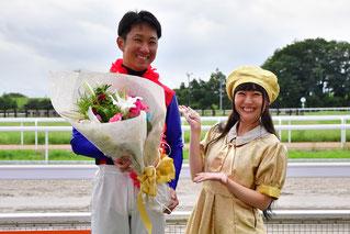 やながせゆっこさんは、表彰式にプレゼンターとして出席し、優勝した吉原寛人騎手に花束を贈呈されました!