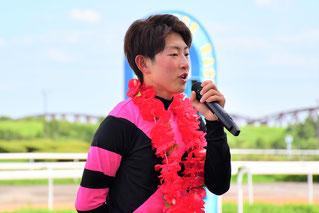 インタビューに答える小野楓馬騎手