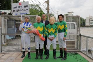 記念撮影に応える高橋騎手(左から2人目)と、騎手の皆さん