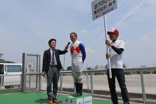 東川公則騎手(中央)・東川慎候補生(右)