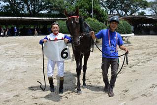 初勝利記念撮影(左:東川公則騎手 右:後藤佑耶調教師)
