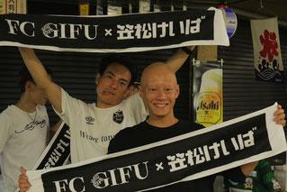 記念マフラーを販売中の吉井友彦騎手と、高橋昭平騎手です