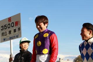 左から深澤杏花騎手候補生、向山牧騎手、吉井友彦騎手
