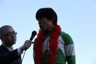 インタビューを受ける友森翔太郎騎手