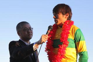 インタビューを受ける佐藤友則騎手
