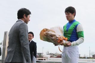 笹野博司調教師から花束の贈呈