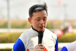 インタビューに答える東川公則騎手