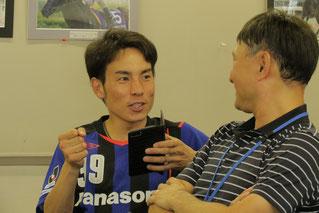 ファンの質問に気軽に応じる吉井友彦騎手