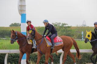 調教中の藤原幹生騎手(右)と島崎和也騎手(右)