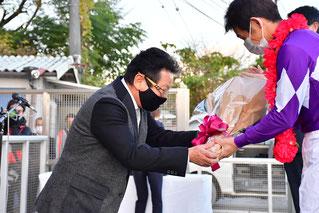 安藤勝己さんは、表彰式にプレゼンターとして出席し、優勝した下原理騎手に花束を贈呈されました!