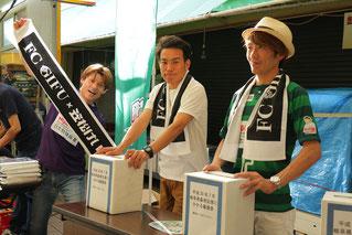 義援金の募集中の大塚研司騎手、吉井友彦騎手、佐藤友則騎手(左から)
