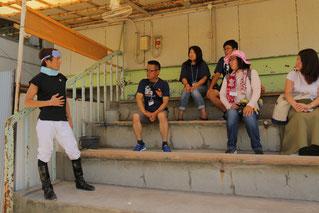 観覧席で参加者からの質問に答える佐藤友則騎手