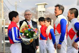 東川慎騎手より花束の贈呈です。
