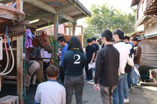 笠松競馬場の装蹄師による実演を見学中です