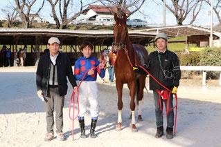1400勝達成時の法理勝弘調教師(一番左)