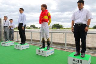 大きなレースでの表彰。右から厩務員、騎手、馬主、調教師