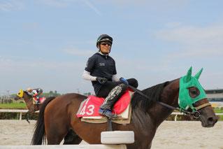調教から戻った佐藤友則騎手(この後、佐藤騎手の朝食、京都の焼き栗をいただきました)