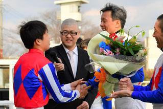 がっちり握手を交わす東川親子。とても素敵な笑顔です。
