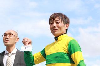 抽選券をひく佐藤友則騎手 当選された方々、おめでとうございます