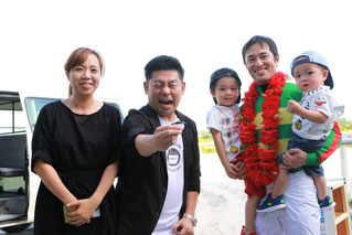 山本高広さんと筒井騎手ご家族の記念撮影